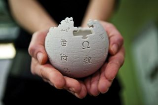 Wikipedia_mini_globe_handheld-800x533